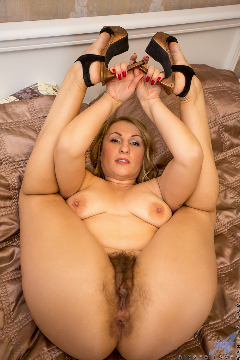 Naughty cougar Ginger Love