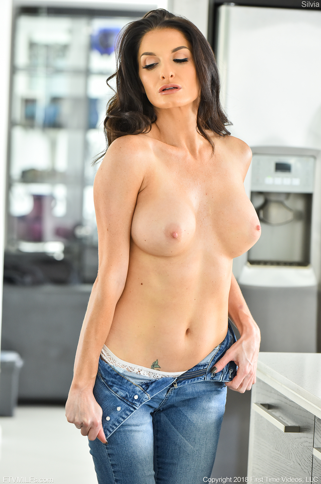 Silvia Saige in Sexy Jeans