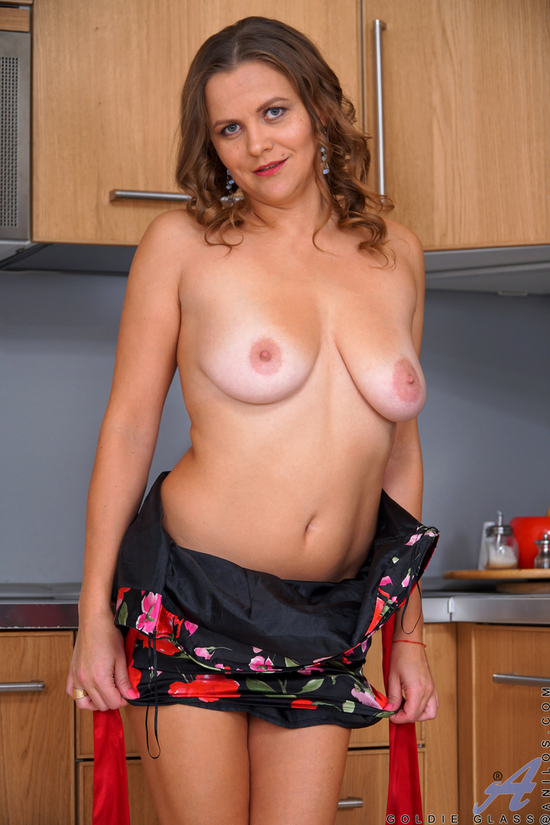 Russian MILF Goldie Glass
