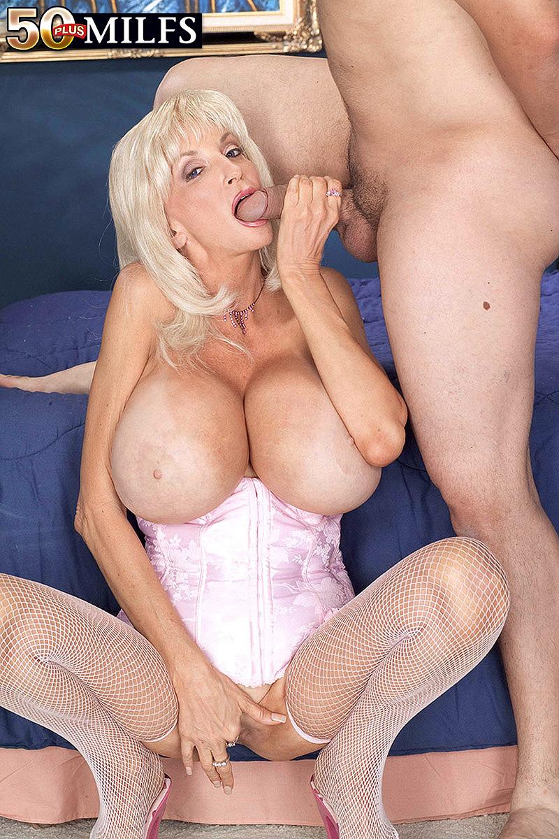 Huge Tits Dee Dee Deluxx