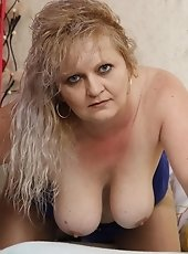 Chunky mature slut showing her full body