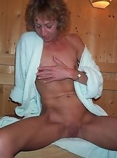 Mature slut showing off her kinky body