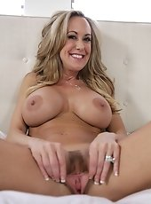 Anilos panther Red wears her tights whereas fucking her mature pussy with a glass vibrator