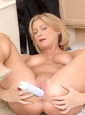 Intoxicating Anilos milf Darryl Hanah coats the rabbit in her sweltry hot juices