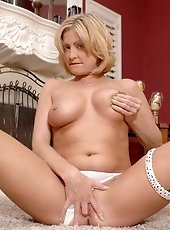 Platinum blonde Anilos milf boob fucks the sybian dong before sitting thereon along with her shiny pussy