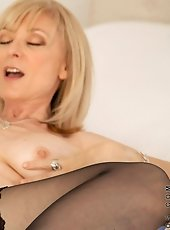 Sexy hot panther Heidi Hanson fucks her sweet pink pussy with a vibrator on the bed