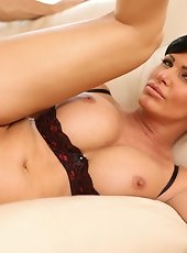 Mesmerizing blonde anilos soaks within the bath and explores her mature pussy along with her fingers