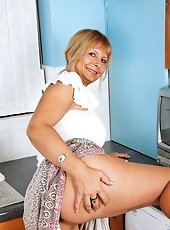 Sex starved Anilos lady contains a nice time along with her wonderful sex toy